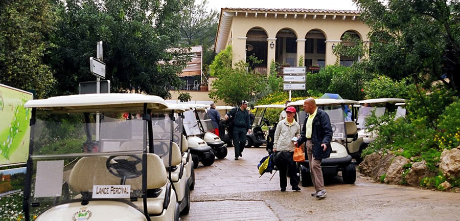 buggies in front of the clubhouse at Bendinat golf course